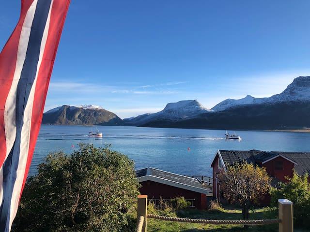 Hytte med hav og fjell tett på. Sted:Tromvik.