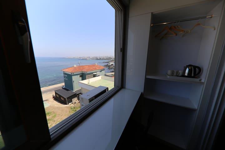 하귀 애월 해안도로 바다 전망이 아름다운 오션 프리미엄 트윈룸(3인가능)A