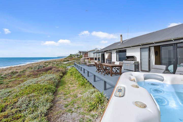 ABSOLUTE BEACHFRONT, STUNNING VIEWS AND SPA POOL!