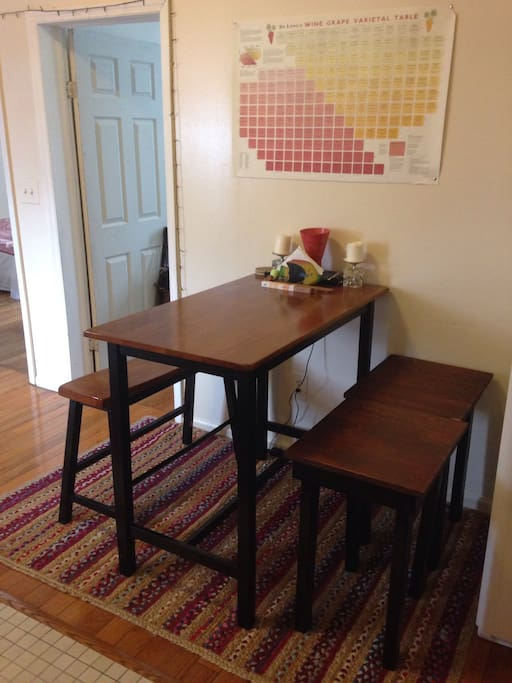 Eat-in kitchen w/table