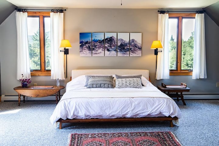 Retreat Getaway: Spacious Hillside Suite w/view
