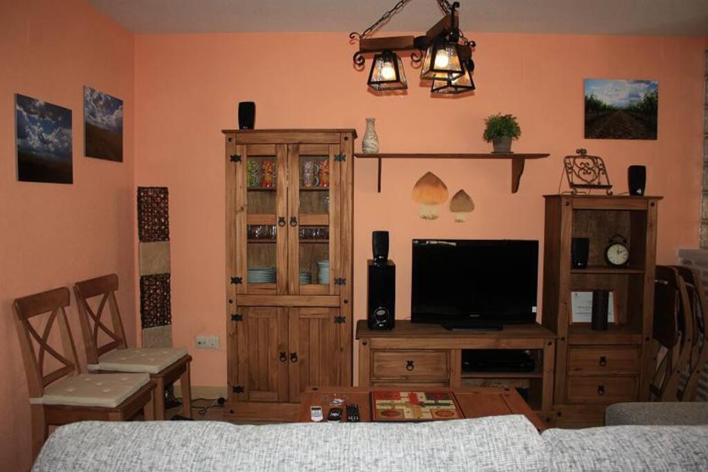 Zona de estar con sistema de cine en casa, dvd y tv plana.