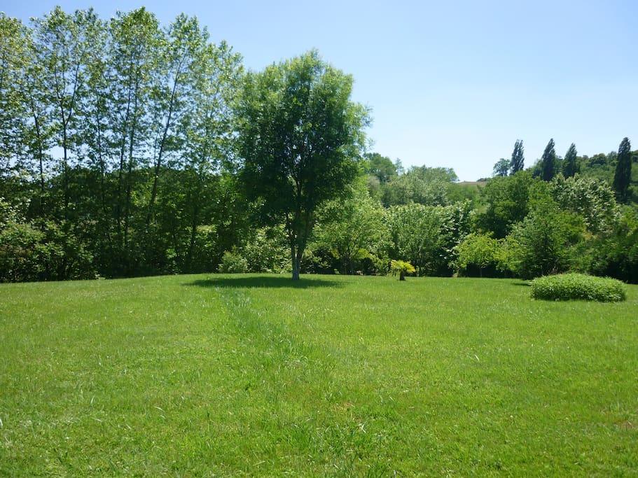 Park avec terrain de pétanque et badmington