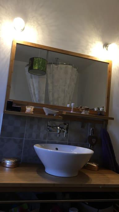 Salle de bain avec grand miroir
