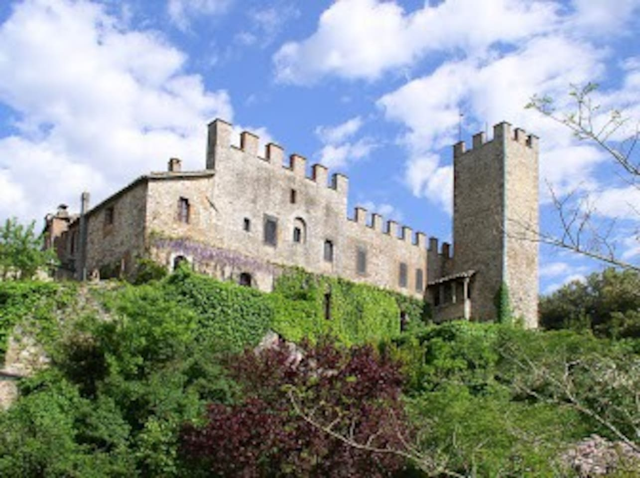 Montalto Castle offers three 1-bedroom villas for rent, each suitable for 1 or 2 people. San Martino , Scuola and Voliera