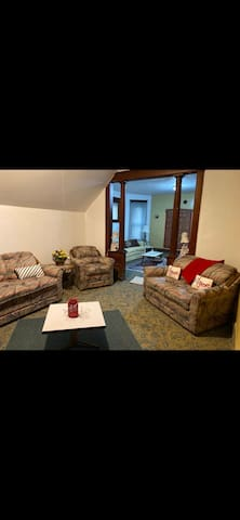 Comfy Upper Apartment near Downtown