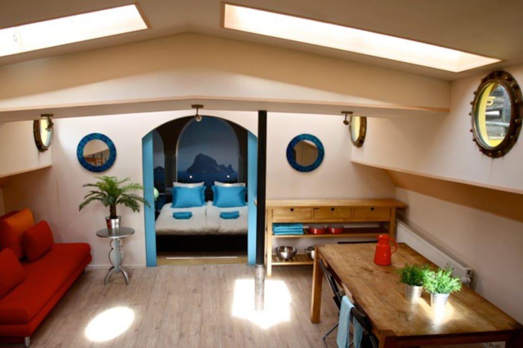 Doorkijk door de 2 ruime kamers van het appartement