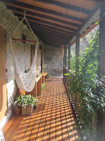 varanda de acesso aos apartamentos; ponto de encontro ou local de pequenas refeições