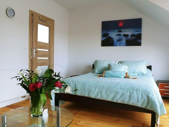 1 sypialnia z balkonem i własną łazienką