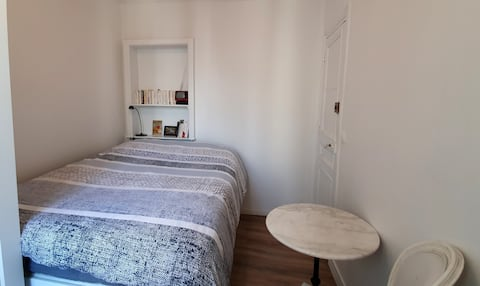 Single cosy bedroom inside Paris