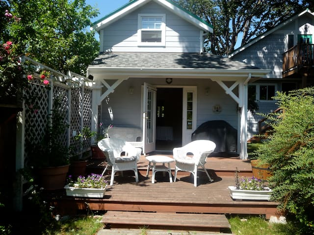Sweet carriage house with private deck in Fernwood