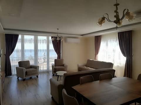 شقة مطلة على البحر 4 غرف و صالة و 3 حمامات