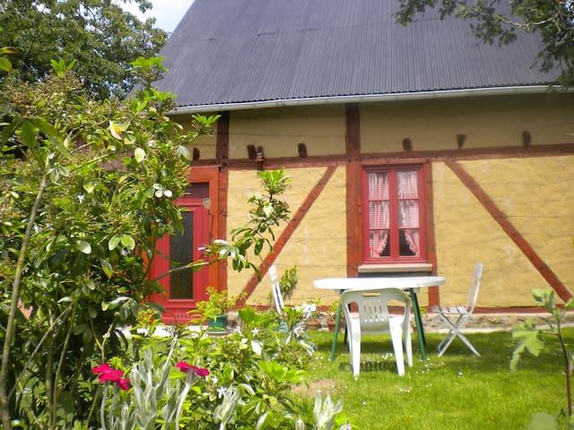 Studio de plain-pied à la campagne  - Saint-Quentin-sur-le-Homme - Hus