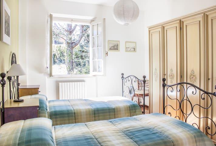 camera da letto al primo piano / first floor bedroom
