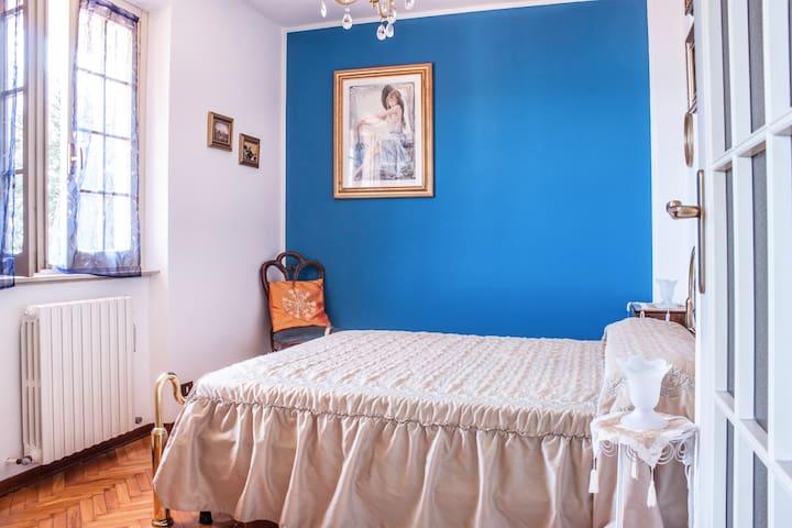 camera da letto matrimoniale al primo piano / first floor double bedroom