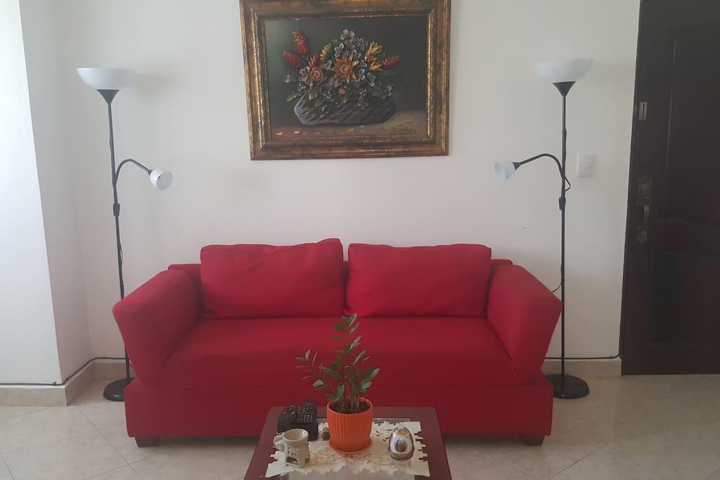 Sala de estar con televisor y lamparas para lectura