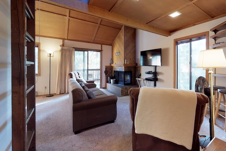 Cozy condo w/ deck, shared pools, & hot tubs - great location near Shaver Lake
