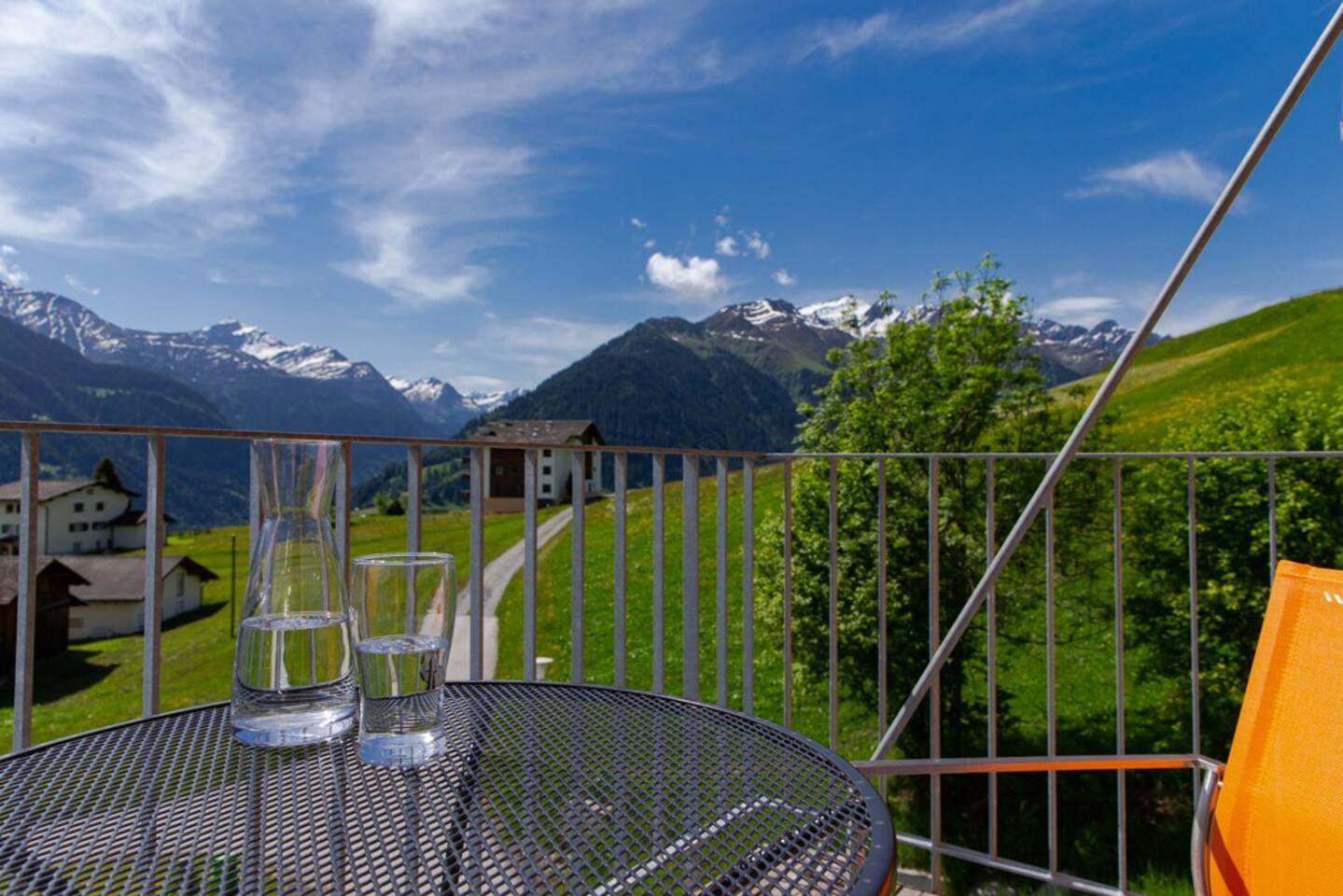 Aussicht von unserem Balkon. Rundumblick in die nahe gelegenen Alpen.