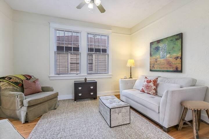 2-Bedroom Flat in Charming Pearl Neighborhood