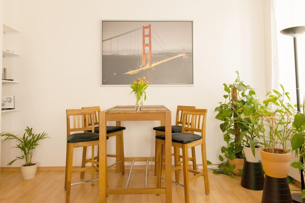 Ein schöner Tisch für ein feines Dinner, Brettspiele, Getränke und gemeinsames Lachen - A nice table for good dining or desk-top games, drinks and laughters