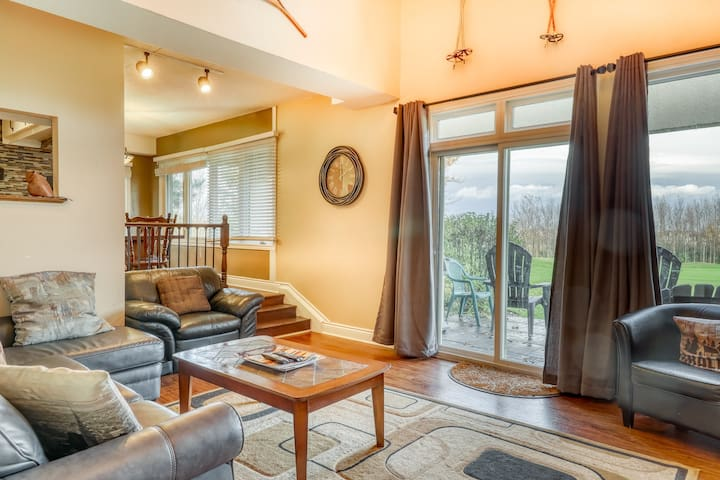 Marvelous & spacious getaway w/private sauna & patio overlooking golf course!