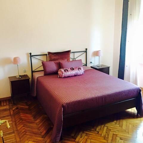 Residenza Ai Colli-camera con parziale vista lago