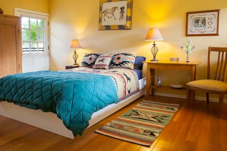 Poolside Room w/ Southwest Decor - Saint Helena - Bed & Breakfast