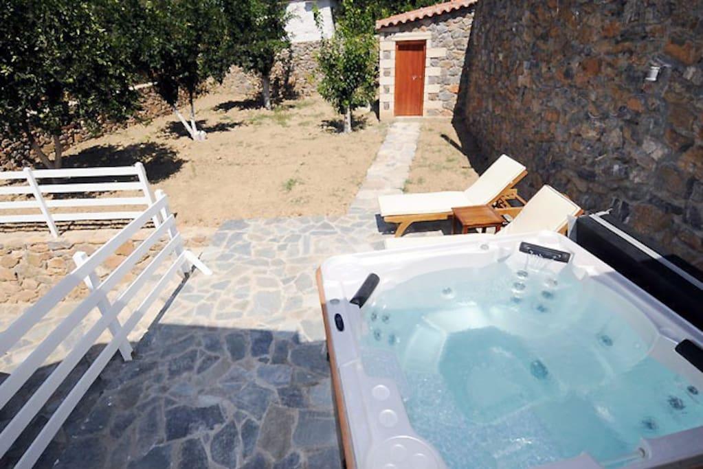villa with jacuzzi in south crete h user zur miete in rethymno kreta griechenland. Black Bedroom Furniture Sets. Home Design Ideas