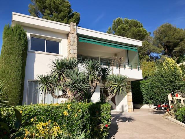 Californian Villa 1km away from Cannes