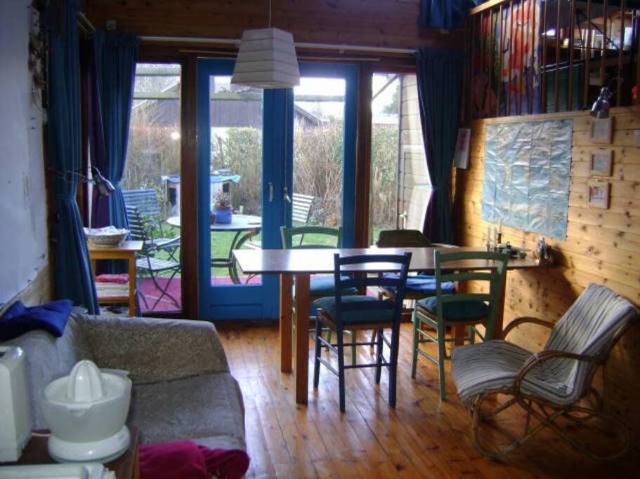 De woonkamer vanuit de keuken gezien