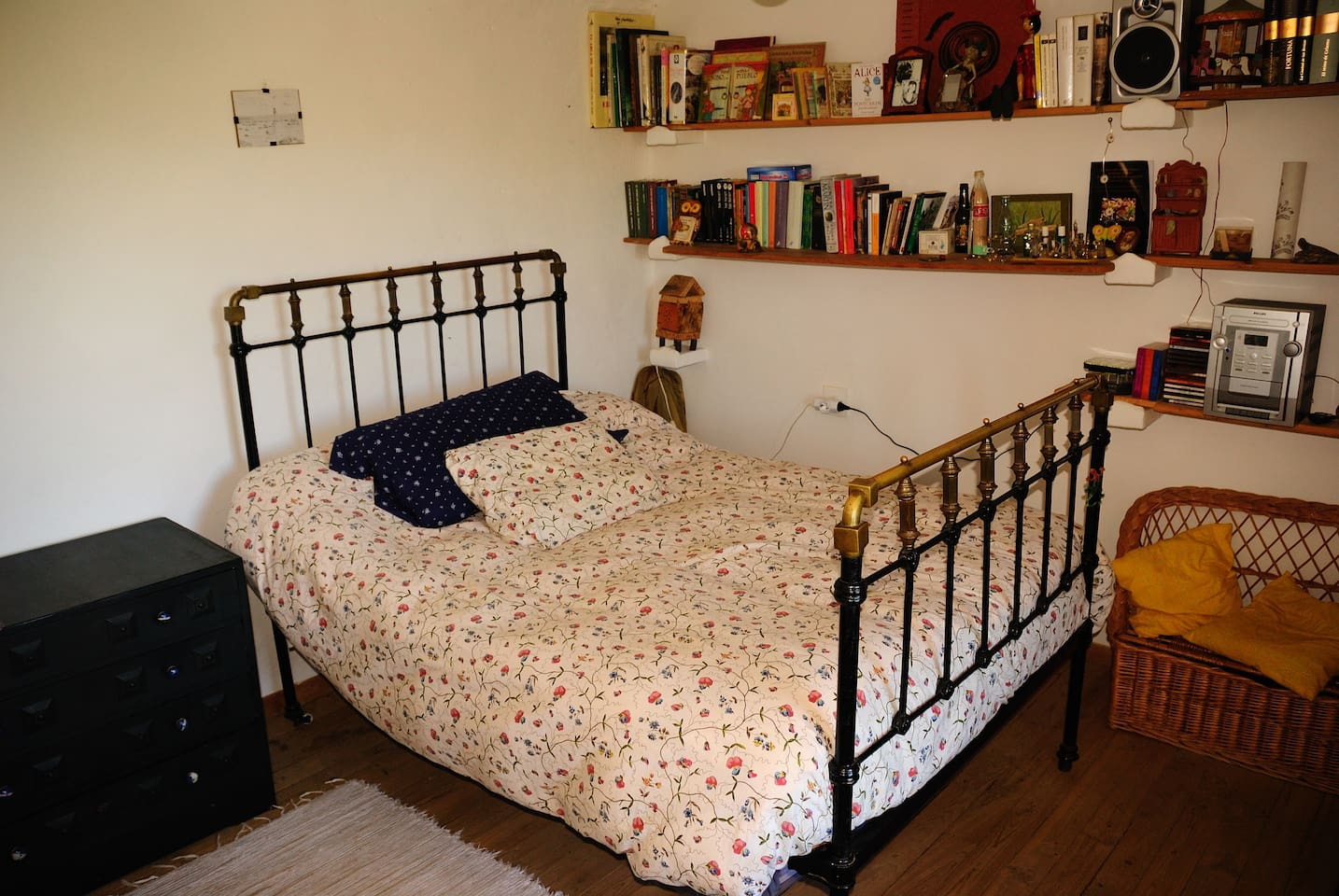 Cama  de matrimonio de porte tradicional pero con un colchón nuevecito, perfecto para descansar.