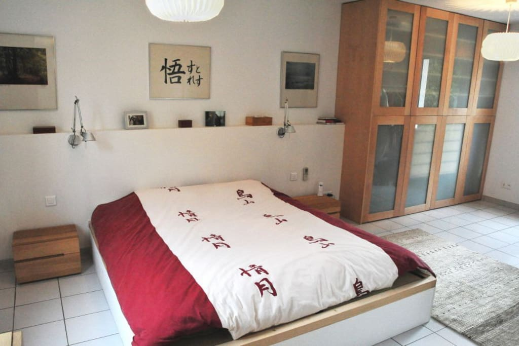 Ensuite master bedroom with 180 x 200 cm king size bed (quality tatami/futon style), aircon, etc.
