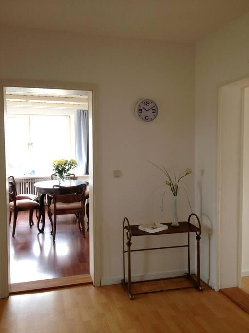 Eingangsbereich mit Blick ins Wohnzimmer