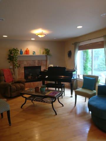 Beautiful Guestroom in Newer Home