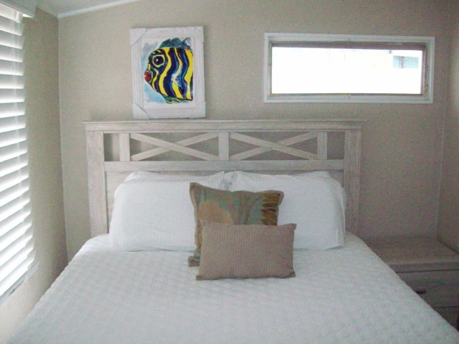 Features private bedroom with a Queen size bed, new mattress and box spring to insure your comfort