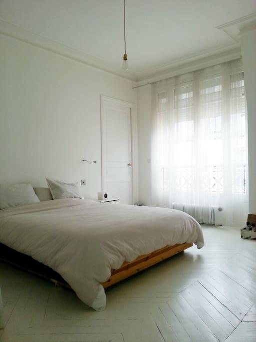 Grande Chambre 1 au decor minimal blanc avec volet electrique