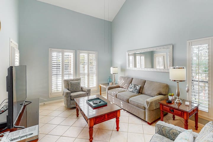 Delightful townhome with tennis court views, shared hot tub, pool, sauna, & more