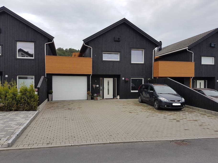 Husets hovedinngang, stor plass til å parkere biler. 2.etg