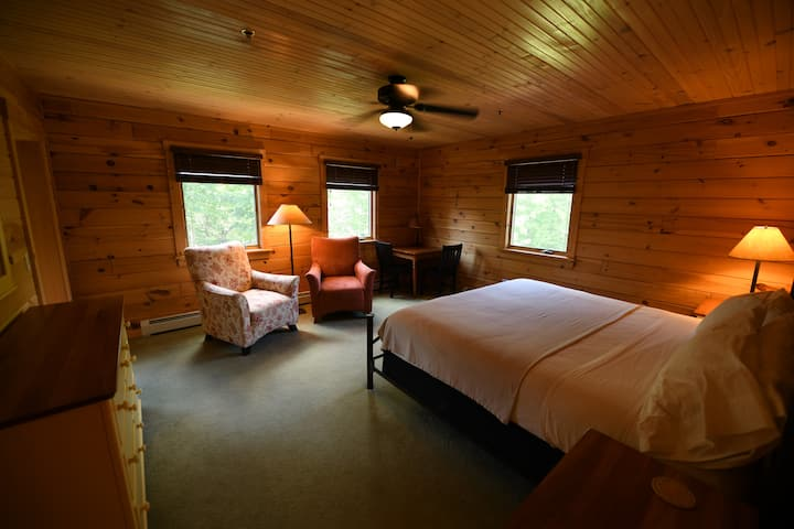 Hostel of Maine . Private Room & Bath for 1-2