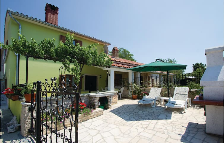 Holiday cottage with 2 bedrooms on 67m² in Belavici