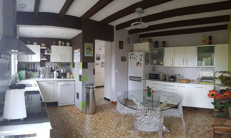 Grande cuisine toute équipée. Réfrigérateur, congélateur, micri onde, cuisinière à induction avec four électrique, etc...