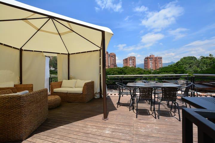 2nd FL Luxury Modern apt 4 Blocks to Lleras Park