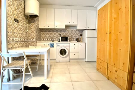Fresh Renovated cosy apartment 200m from the beach