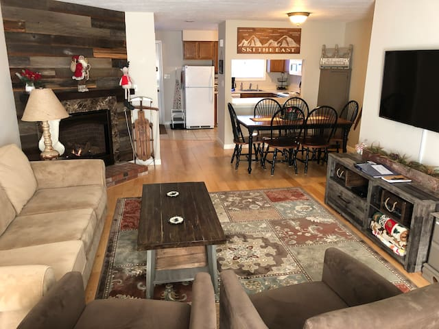 Bright and cozy townhouse, close to everything!