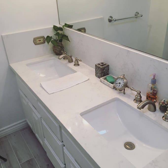 浴室梳洗雙水槽