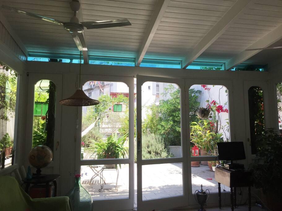 Il patio e l'affaccio sulla grande terrazza