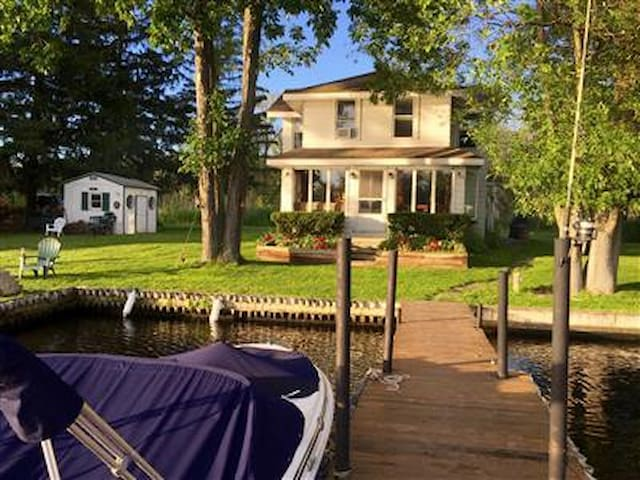Oneida River-Waterfront home-beautiful sunsets