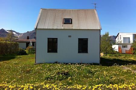 Nice, Basic, Cozy House - Flateyri - Ísafjörður