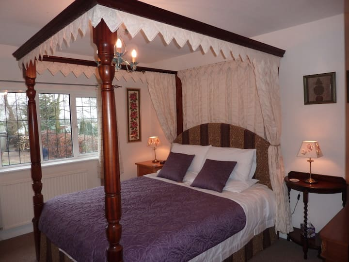 Maunditts House B&B. Four Poster Room (R1)