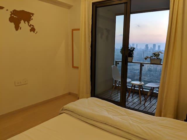 Cozy private room with a view in center of Mumbai